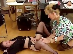 Fisting two babes in a lesbian threesome